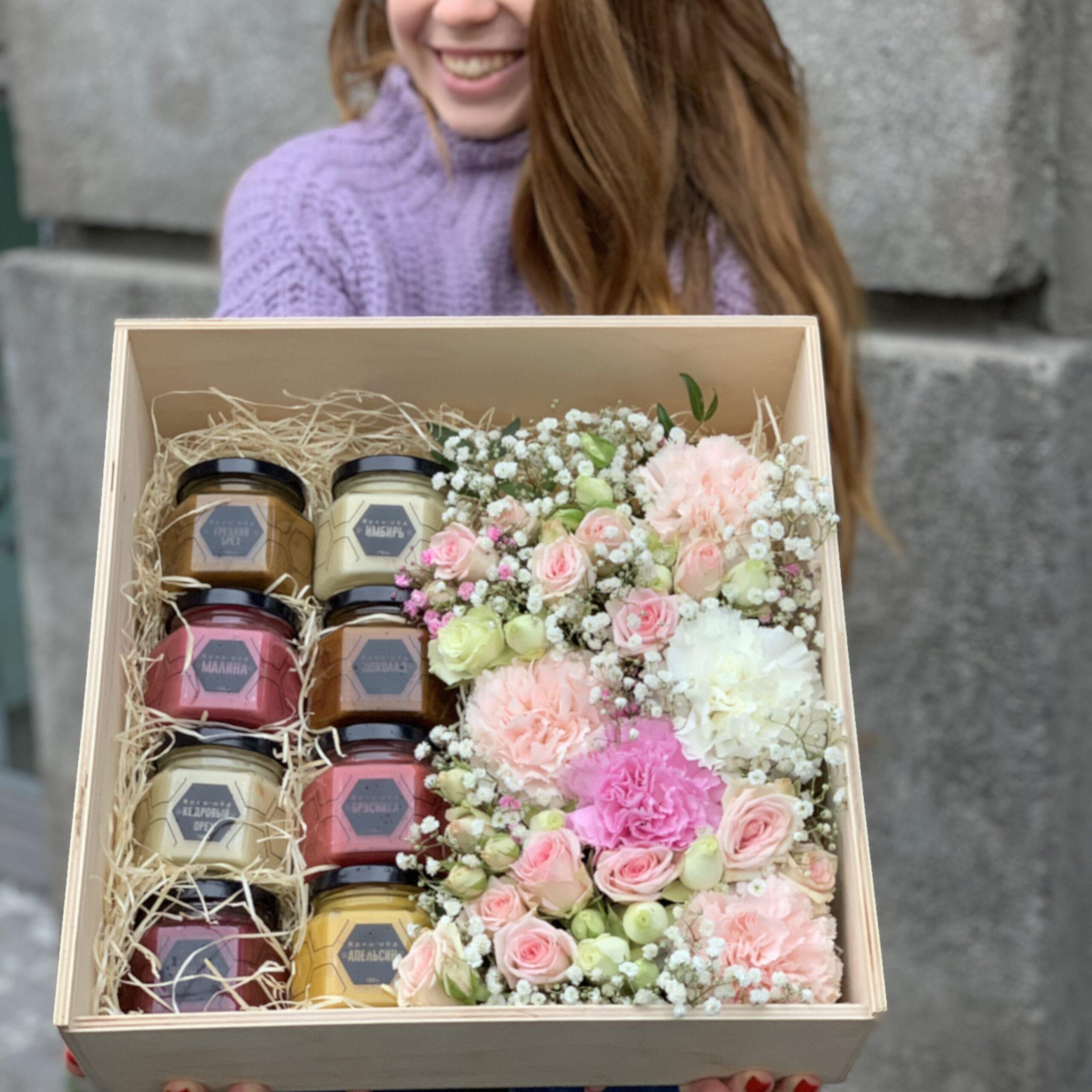 Большой деревянный ящик с цветами и мёдом
