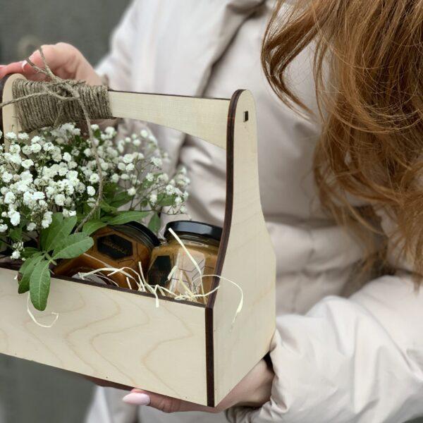 Мини-ящик с гипсофилами и мёдом