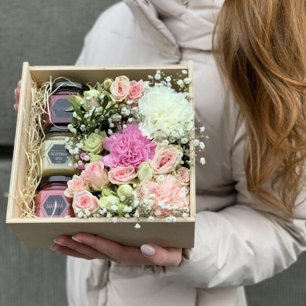 Деревянный ящик с цветами и мёдом